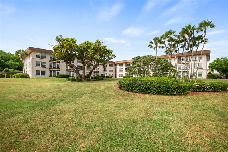 Image for property 333 LAKE HOWARD DRIVE 104B, WINTER HAVEN, FL 33880